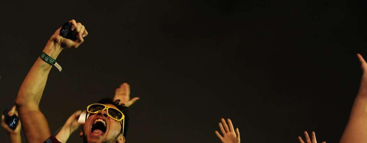 Público perto na grade do palco Butantã se diverte com a apresentação de Deadmau5