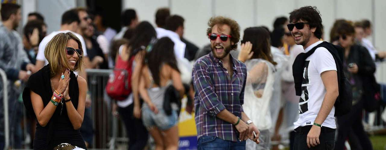 Público teve que improvisar com capas de chuva de plástico no primeiro dia de Lollapalooza Brasil 2013, em São Paulo. Nem assim, as mulheres descuidaram do visual