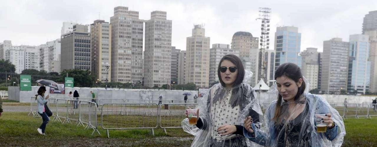 Nem mesmo a chuva em São Paulo desanimou o público no primeiro dia do Lollapalooza 2013, que acontece neste sábado (29), no Jockey Club. Para se proteger do \