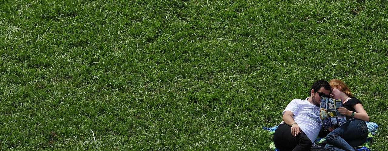 O sol e o calor fizeram com que o público procurasse lugares para descansar no Jockey Clube de São Paulo, onde acontece o Lollapalooza. Com lenços, chapéus e óculos de sol, o público se protegeu dos raios solares como pode neste sábado (30)