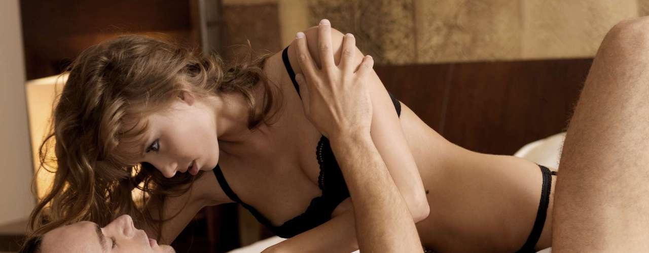 Períneo O períneo é a região que fica entre o órgão sexual e o ânus. Tente usar um dedo ou dois para massagear a área durante o sexo. Quando ele estiver quase ejaculando, você pode intensificar a massagem e conseguir um orgasmo explosivo
