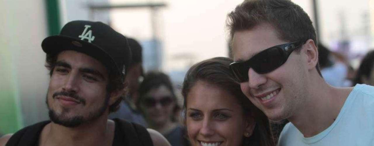Caio Castro foi fotografado carregando uma garota no colo ao caminhar pelo Lollapalooza, neste domingo (31), último dia de festival. Depois, eles também posaram juntos para fotos