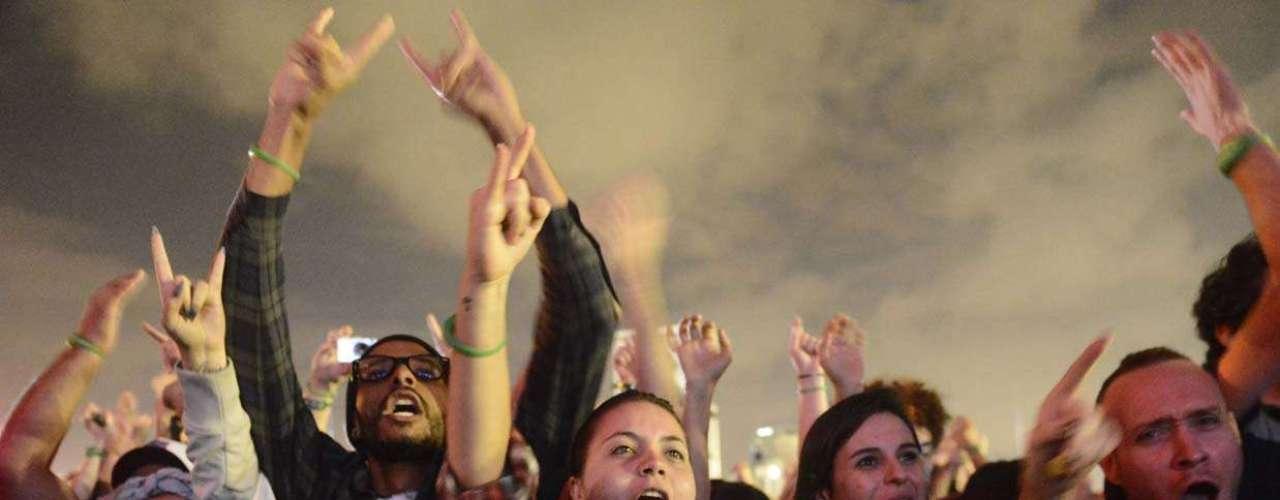 No segundo dia de festival, público se espreme nas grades perto ao palco, para acompanhar shows de Franz Ferdinand, Queens of The Stone Age e The Black Keys no Lollapalooza Brasil