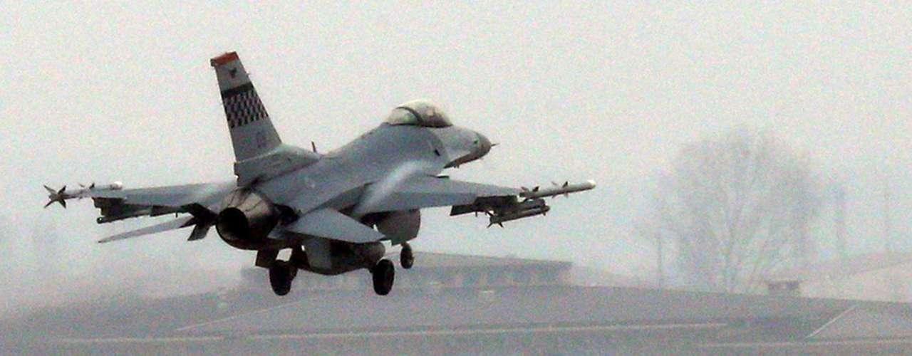 2 de abril - Caça americano F-16 decola da base aérea em Pyeongtaek, na Coreia do Sul