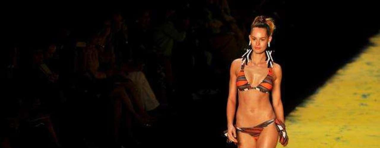 Calcinha com laços laterais e sutiã que dão sustentação foram desfilados pela Salinas nas passarelas do último Fashion Rio