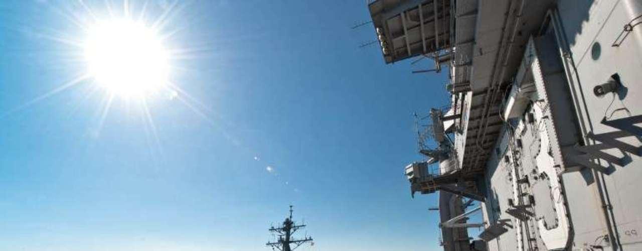 Imagem divulgada pela Marinha americana mostra oUSS John McCain navegando junto do porta-aviõesUSS George Washington em dezembro de 2010