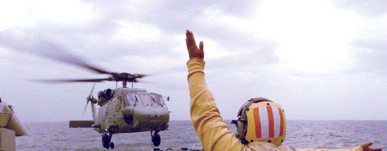 Imagem da década de 1990 mostra um helicóptero pousando no USS John McCain