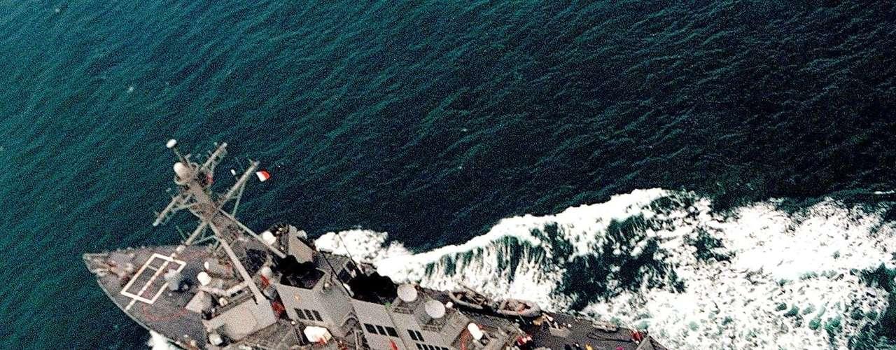 O USS John McCain é um navio de guerra com mísseis guiados para serem usados na defesa contra mísseis balísticos