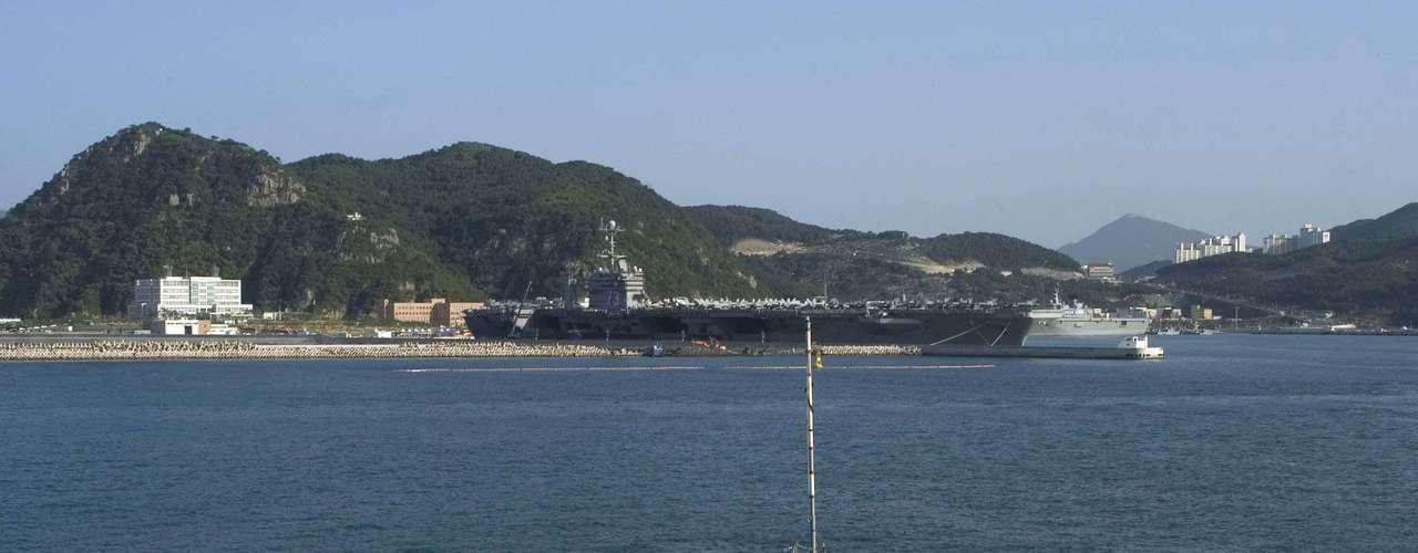 Imagem de 2008 mostra o USS John McCain navegando perto da costa deBusan, na Coreia do Sul