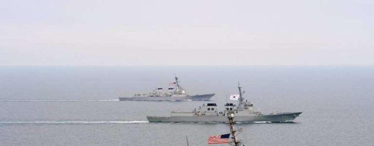 Imagem de março de 2013 mostra o USS John McCain navegando junto de outros dois navios de guerra sul-coreanos na costa da península coreana