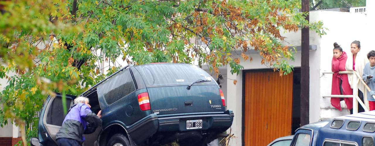 3 de abril -Em La Plata, a força da água carregou carros