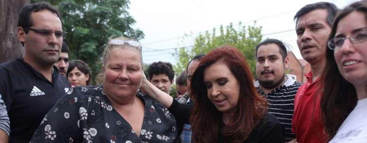3 de abril -Cristina conversou com os moradores do bairro onde já morou