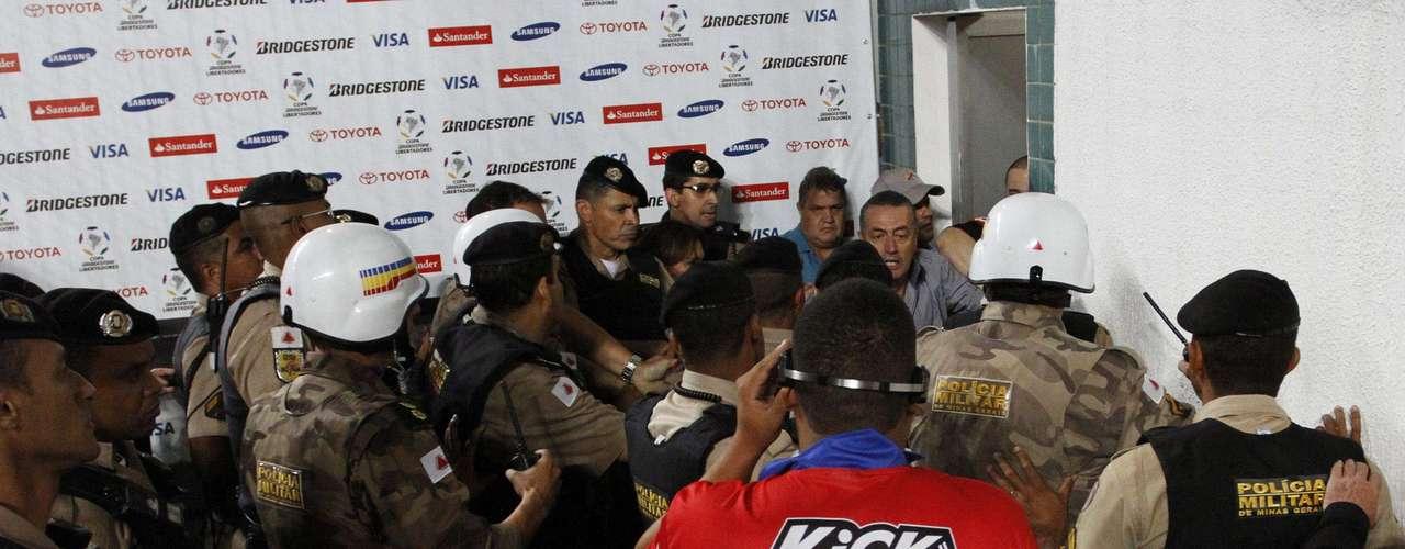 O policiamento aguardou pacientemente pela saída dos jogadores