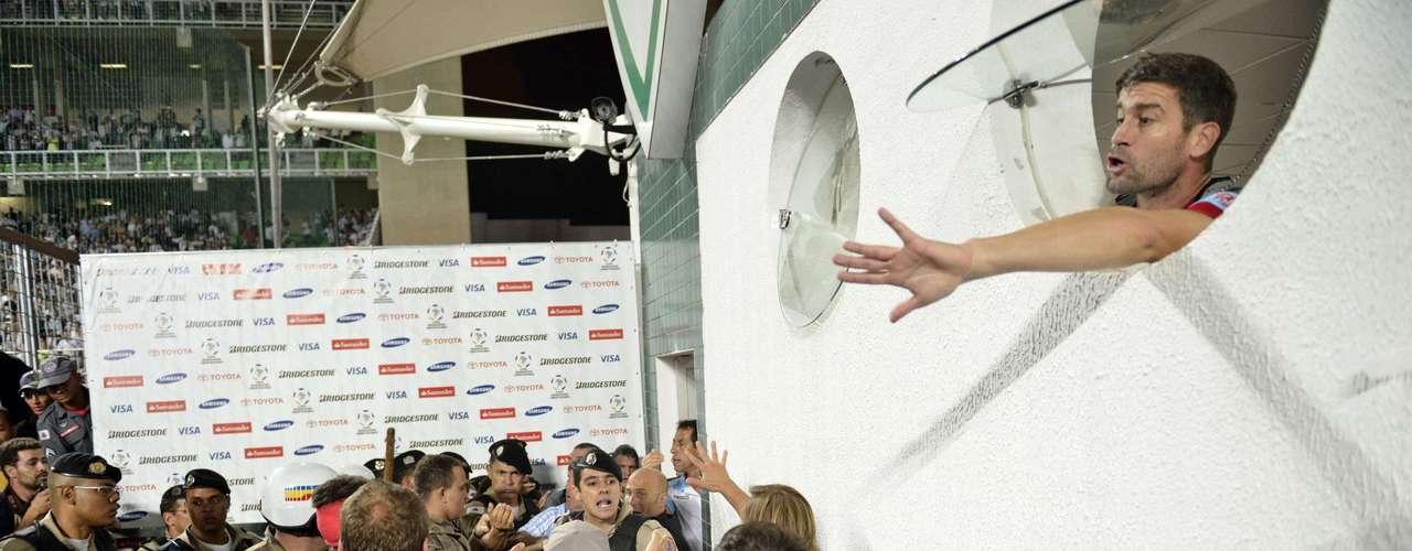 De dentro do vestiário, jogador do Arsenal pede para ânimos apaziguarem no Independência