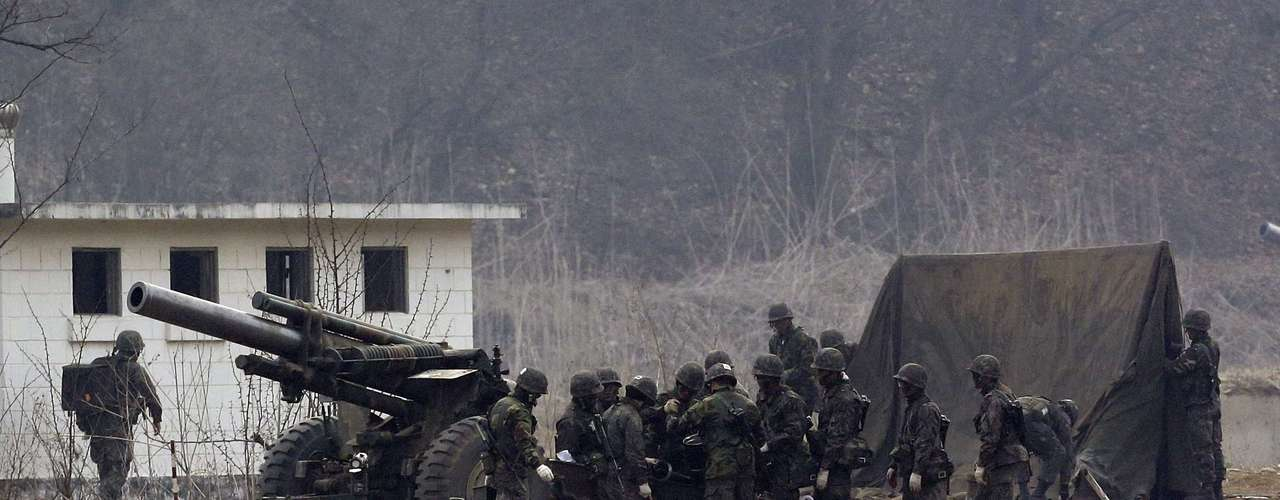 5 de abril -Soldados sul-coreanos preparam unidade de artilharia para exercício militar em Paju