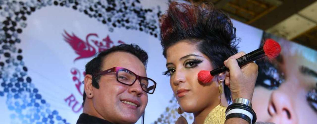 O ex-BBB e maquiador Dicesar brincou com as modelos na feira