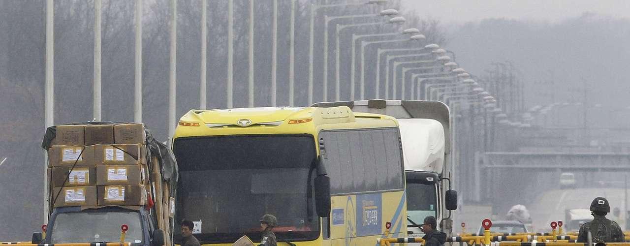 06 de abril - Soldado sul-coreano recolhe caixa que caiu de uma van que retornava da Coreia do Norte para a Coreia do Sul