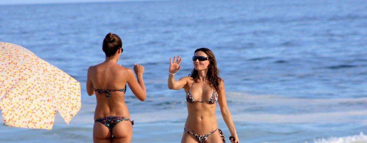 Abril 2013 -A atriz Rita Guedes aproveitou o dia ensolarado que fez no Rio de Janeiro neste domingo (7) para curtir a praia do Leblon