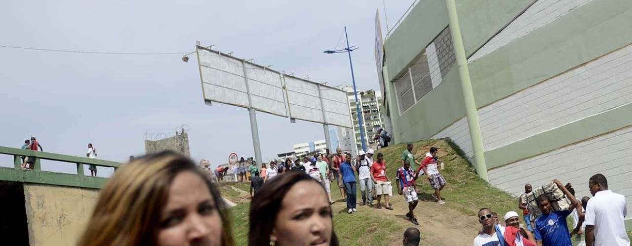 Calmamente, os torcedores formavam filas e aguardavam sua vez para entrar no estádio, apesar de certa desorganização inicial causada por desinformações com os números dos portões de entrada