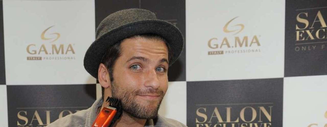 Bruno posou para os fotógrafo com um barbeador elétrico nas mãos