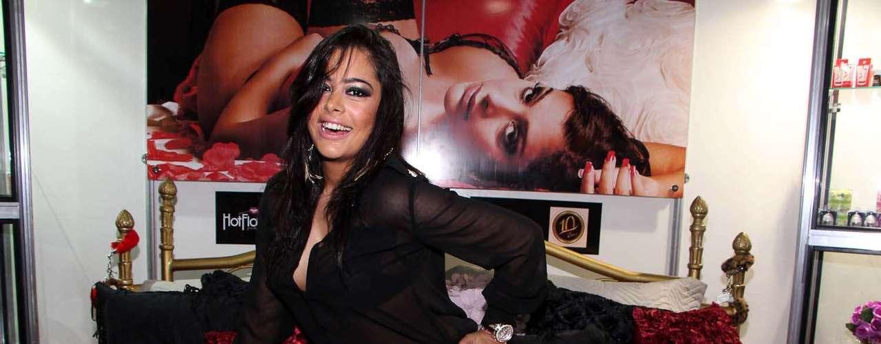 A modelo paraguaia prestigiou a feira em nome da Hot Flowers, marca de produtos eróticos da qual é garota-propaganda