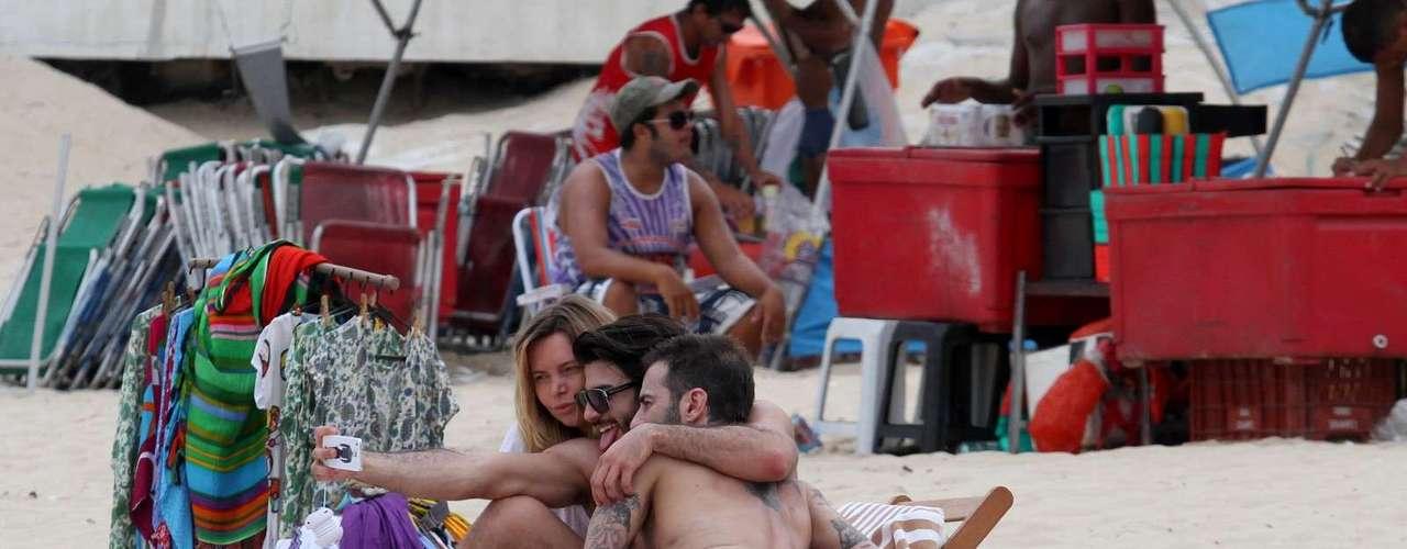 Marc Jacobs e namorado brasileiro Harry Louis na praia de Ipanema