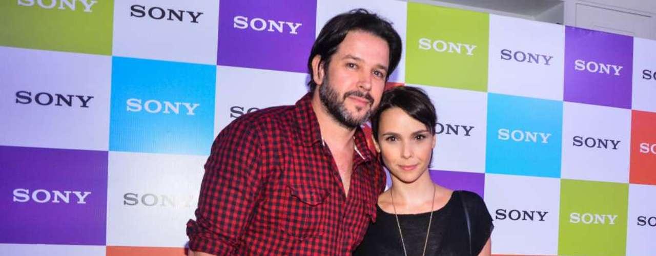 Famosos estiveram na Arena Anhembi, em São Paulo, na noite deste sábado (6) para assistir ao show do The Cure. Na foto, Murilo Benício e Débora Falabella
