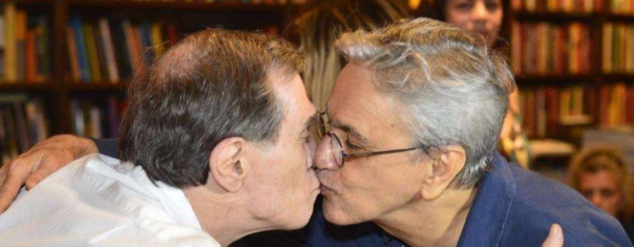 Outro beijo de Caetano Veloso, desta vez em Jorge Mautner