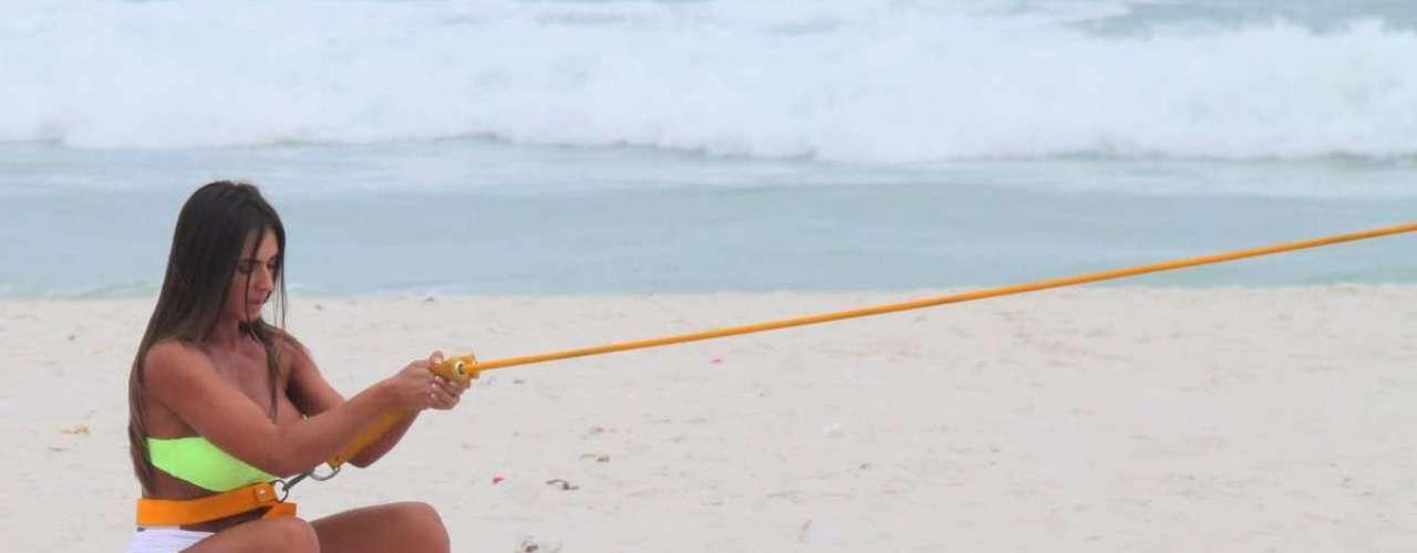 Abril 2013 -Nicole Bahls foi fotografada se exercitando na praia da Barra da Tijuca, nesta quarta (10), no Rio de Janeiro
