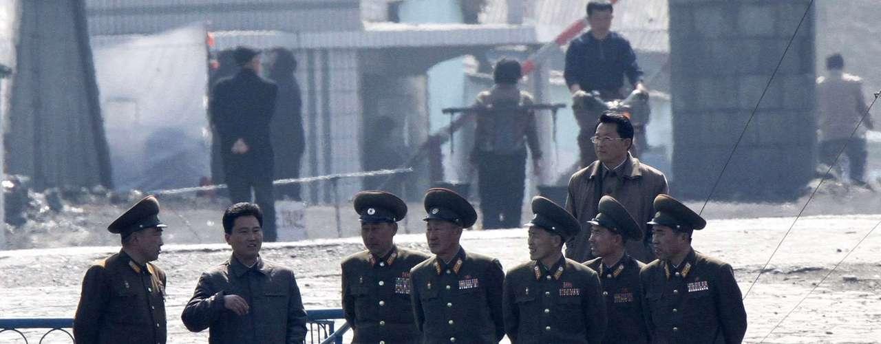 10 de abril -Militares norte-coreanos são fotografados na margem do rio Yalu, próximo à fronteira com a China