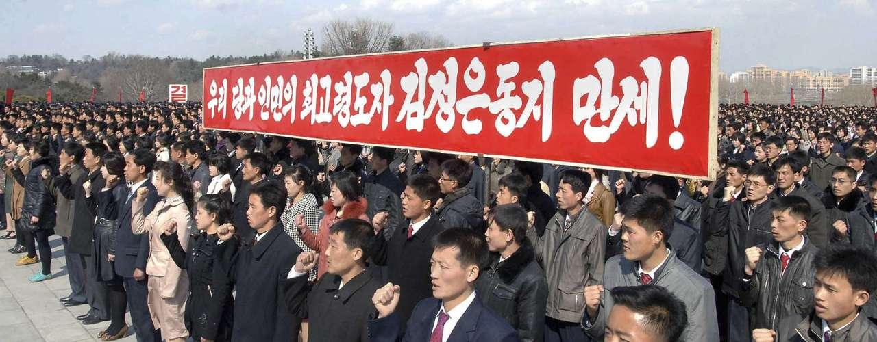10 de abril -Norte-coreanos participam de juramento ante estátuas dos líderes Kim Il-sung e Kim Jong-il em Pyongyang. Na faixa se lê: \