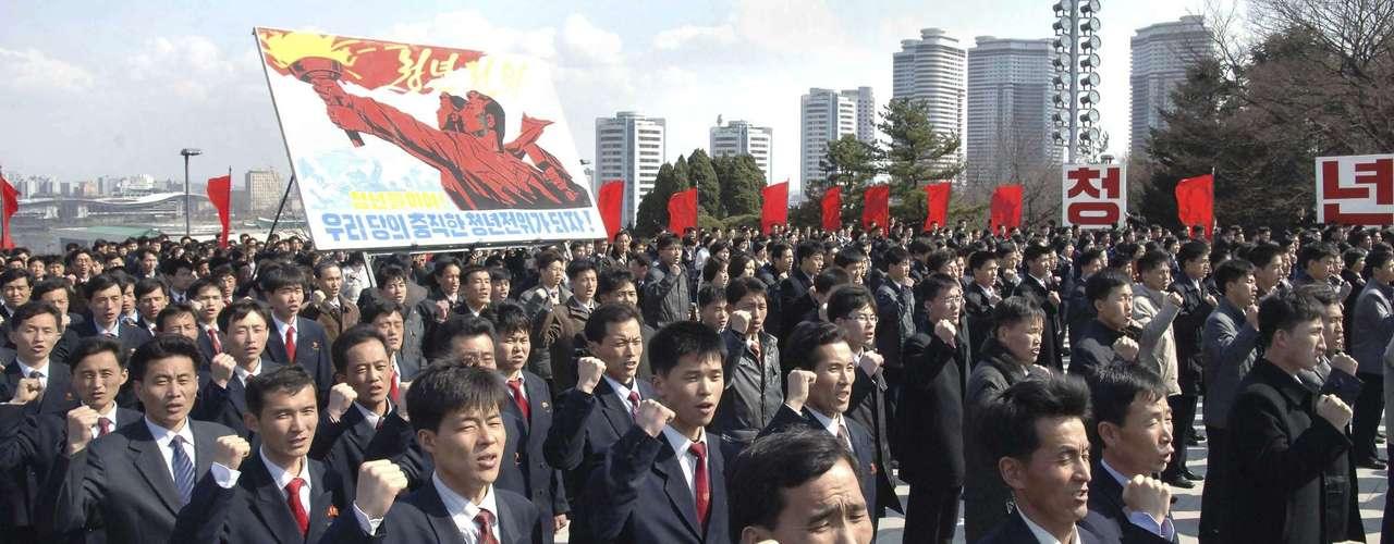 10 de abril -Norte-coreanos participam de encontro para juramento. No cartaz se lê: \