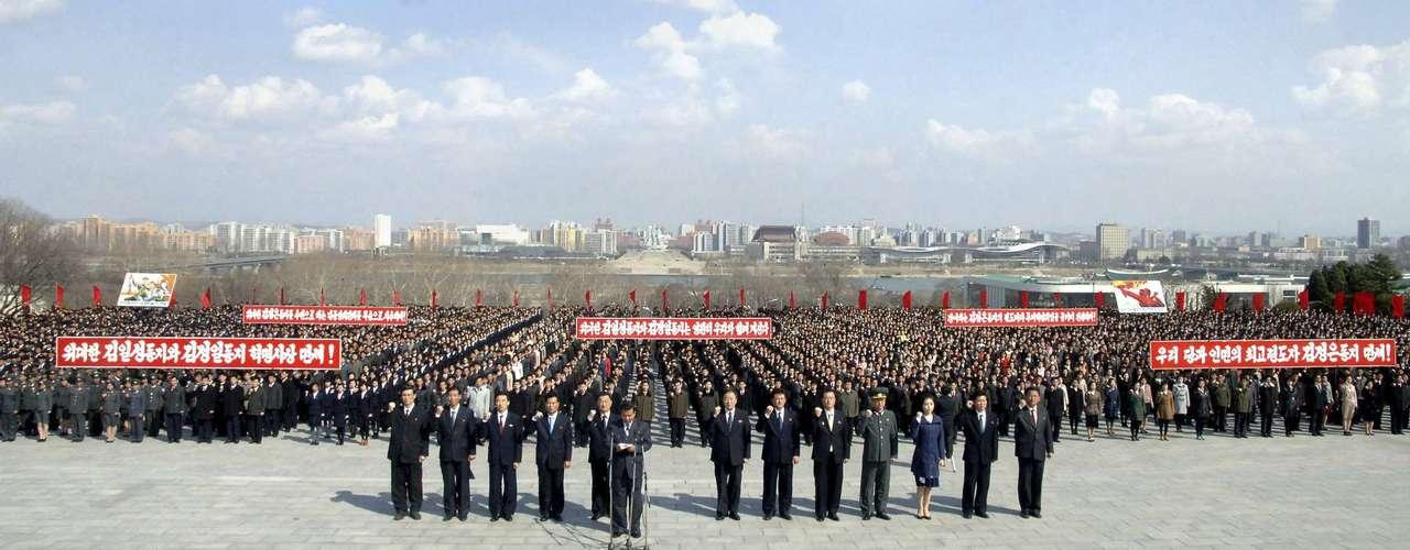 10 de abril -Multidão se reuniu em Pyongyang para manifestar apoio ao líder Kim Jong-un. O país realizará nos próximos dias uma grande celebração em razão do aniversário de nascimento de Kim Il-sung, fundador da Coreia do Norte