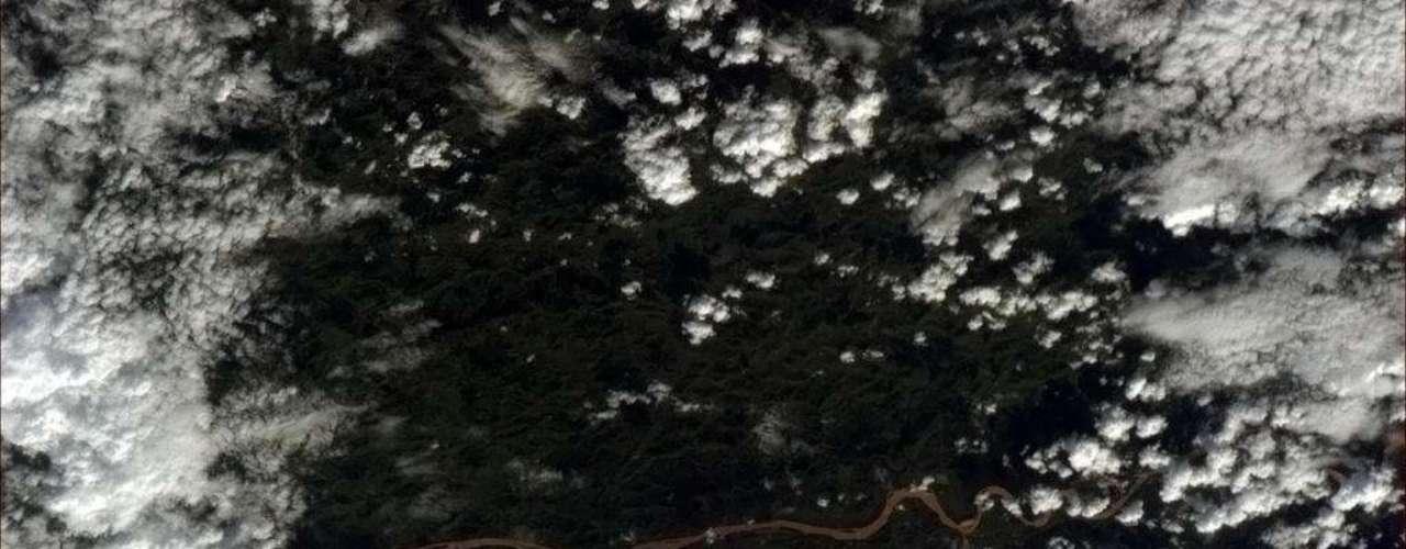O astronauta Chris Hadfield registrou diretamente do espaço um rio brasileiro serpenteando por entre nuvens nesta quinta-feira. \