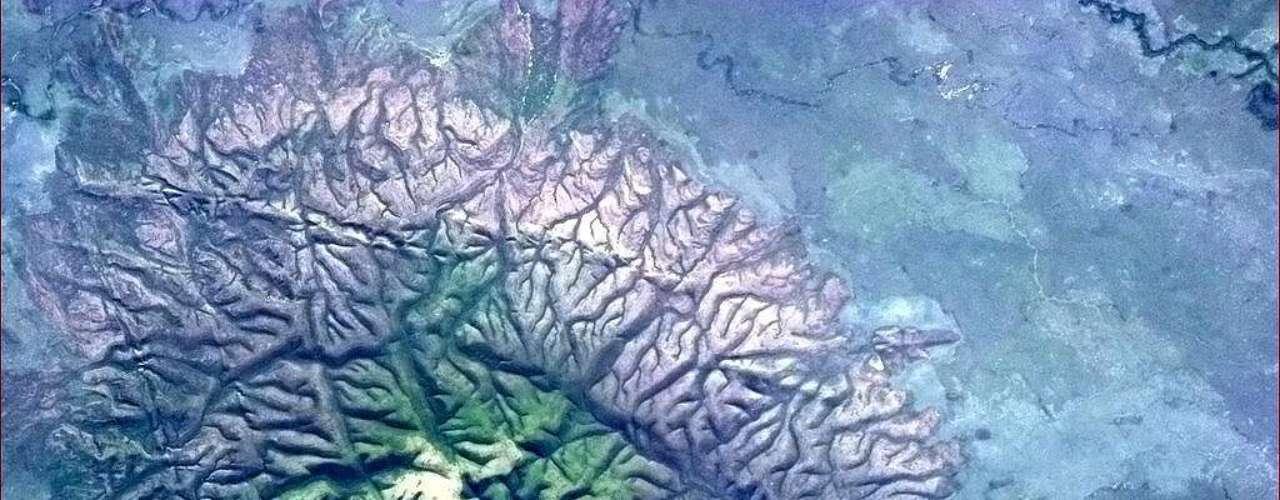 Imagem do dia 11 de abril mostra uma estranha estrutura geológica no Brasil. \