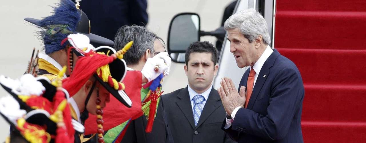 12 de abril - Kerry cumprimenta anfitriões após deixar aeronave