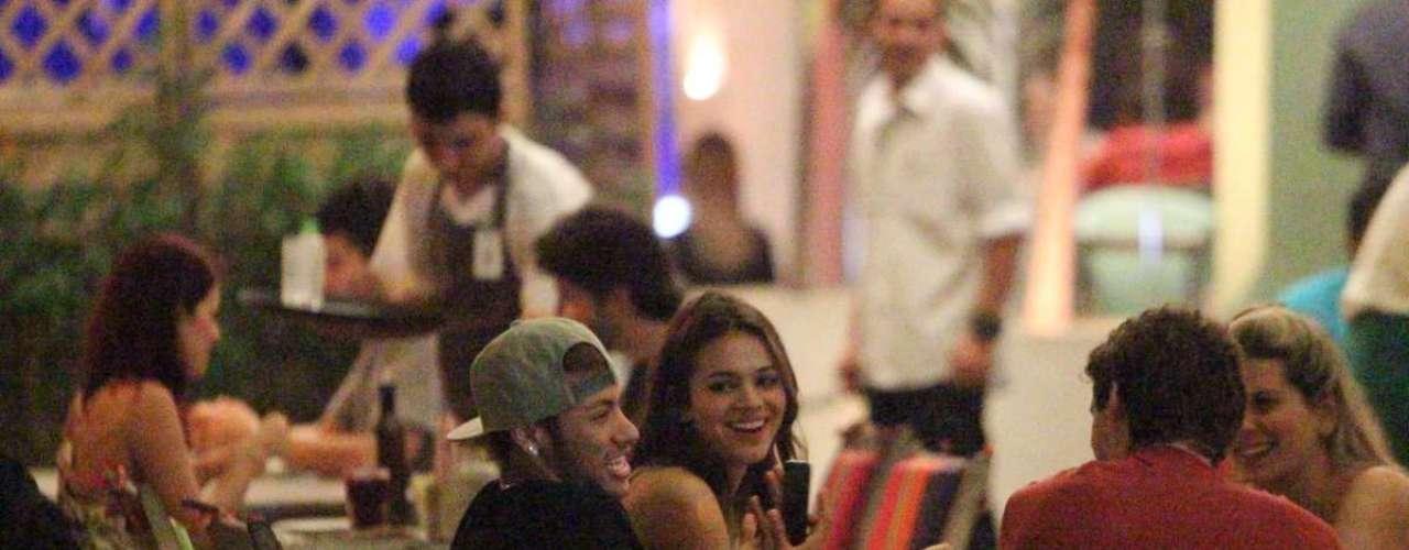 Neymar e Bruna Marquezine jantaram com alguns amigos em um restaurante do Rio de Janeiro, em abril