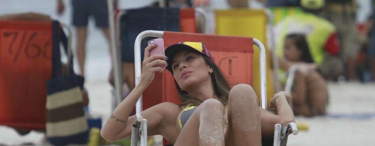 Abril 2013 -A ex-panicat Lizi Benites foi vista neste sábado (13) tirando fotos de si mesma na praia da Barra da Tijuca, no Rio. Ao lado de amigos, a modelo postou um foto no Instagram comemorando o dia do beijo