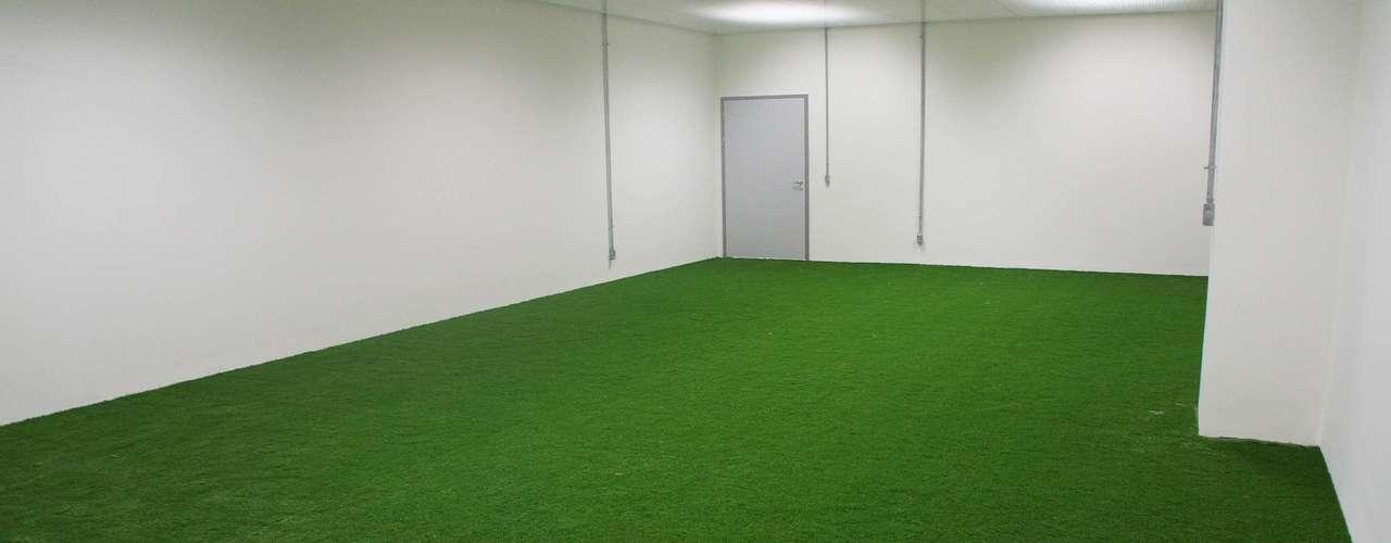 14 de abril de 2013: área de aquecimento dentro dos vestiários já está pronto para receber as equipes que jogarão no estádio