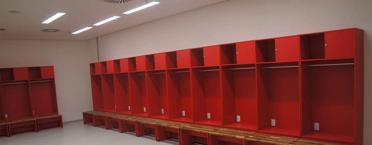 14 de abril de 2013: bancos já estão instalados nos vestiários da nova Arena Pernambuco