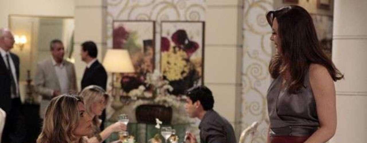 Lívia provoca Érica ao encontrá-la em restaurante.\