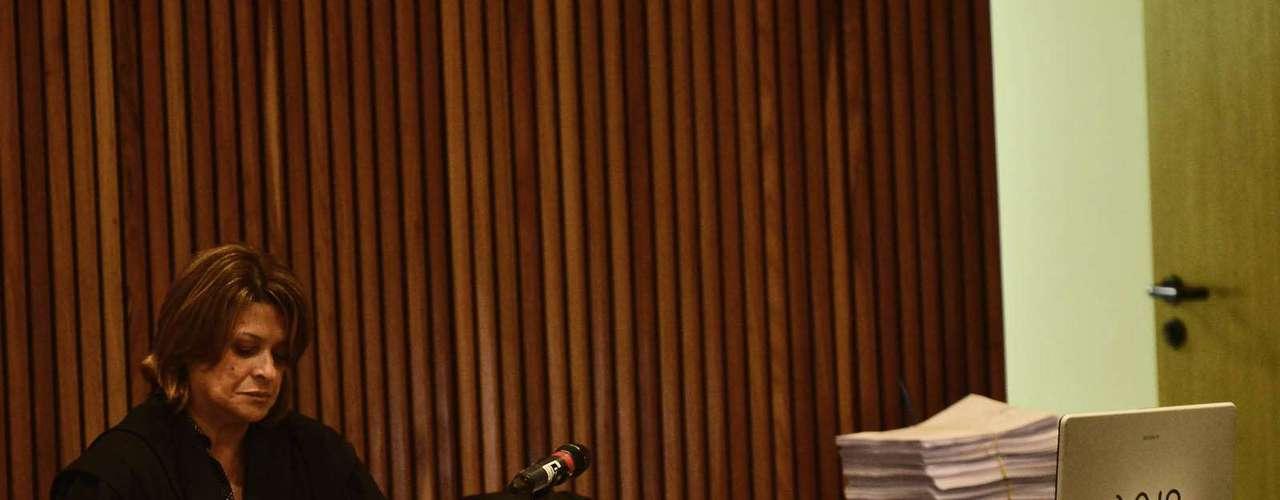 15 de abril -Advogada Ieda Ribeiro de Souza representa o grupo de policiais militares que está no banco dos réus