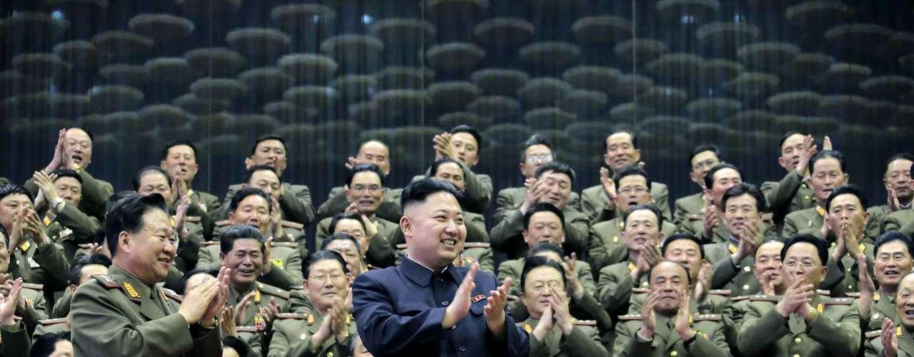 16 de abril - Nesta foto de 15 de abril divulgada pela Agência Central de Notícias da Coreia, Kim Jong Un aplaude uma competição de atletismo
