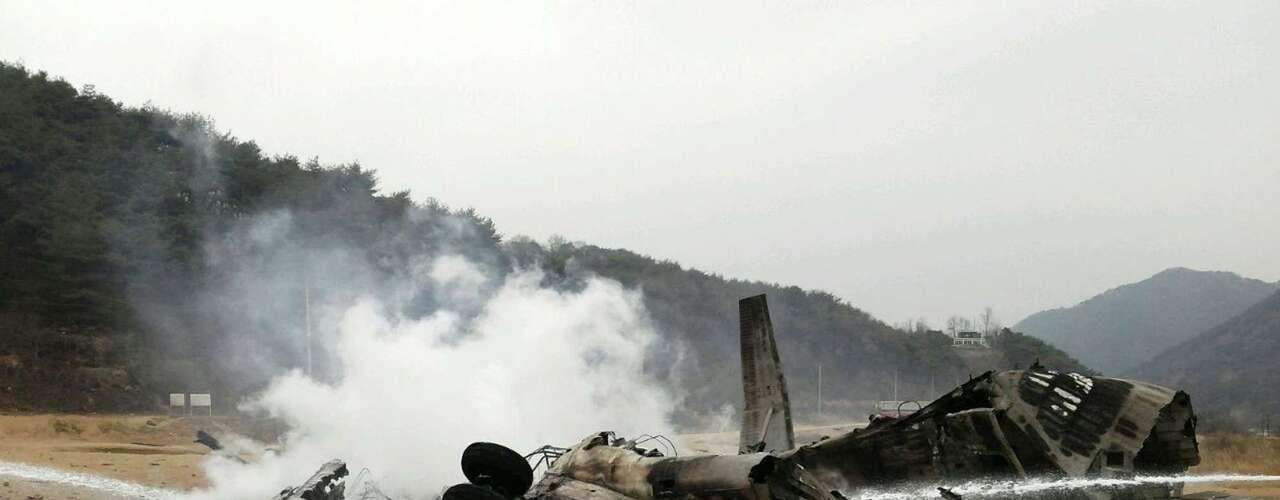16 de abril - Helicóptero da Marinha dos Estados Unidos pega fogo após cair durante exercício militar na fronteira com a Coreia do Norte. Os 21 militares a bordo escaparam ilesos do acidente