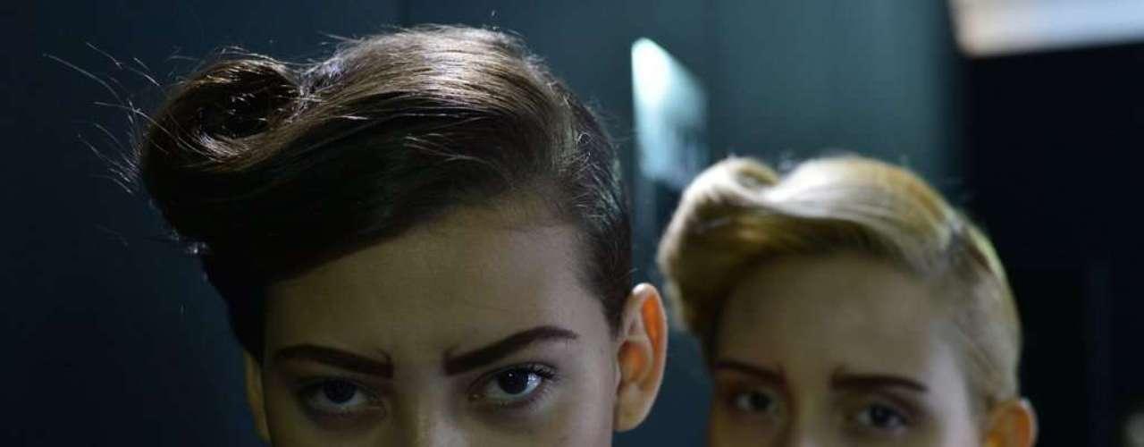 Para o segundo penteado, o cabelo era dividido por uma risca lateral e torcido em um topete