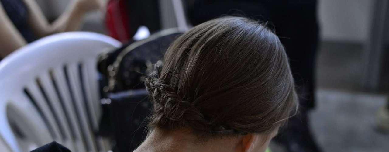 Atrás, o cabelo fica totalmente preso