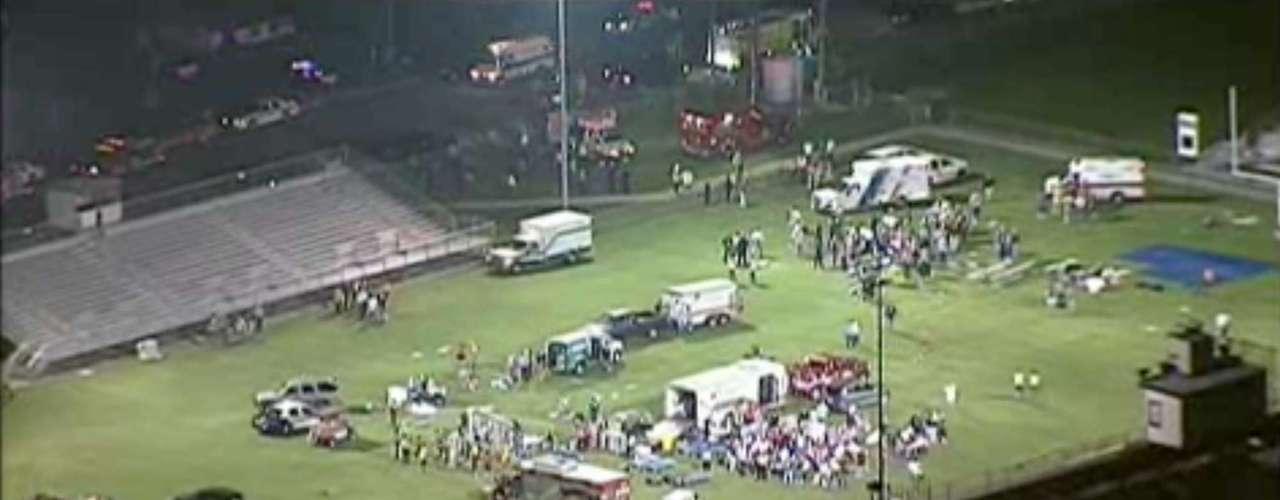 17 de abril -Frame da emissora 'WFAA-TV' mostra feridos sendo tratados em campo de futebol americano de escola local