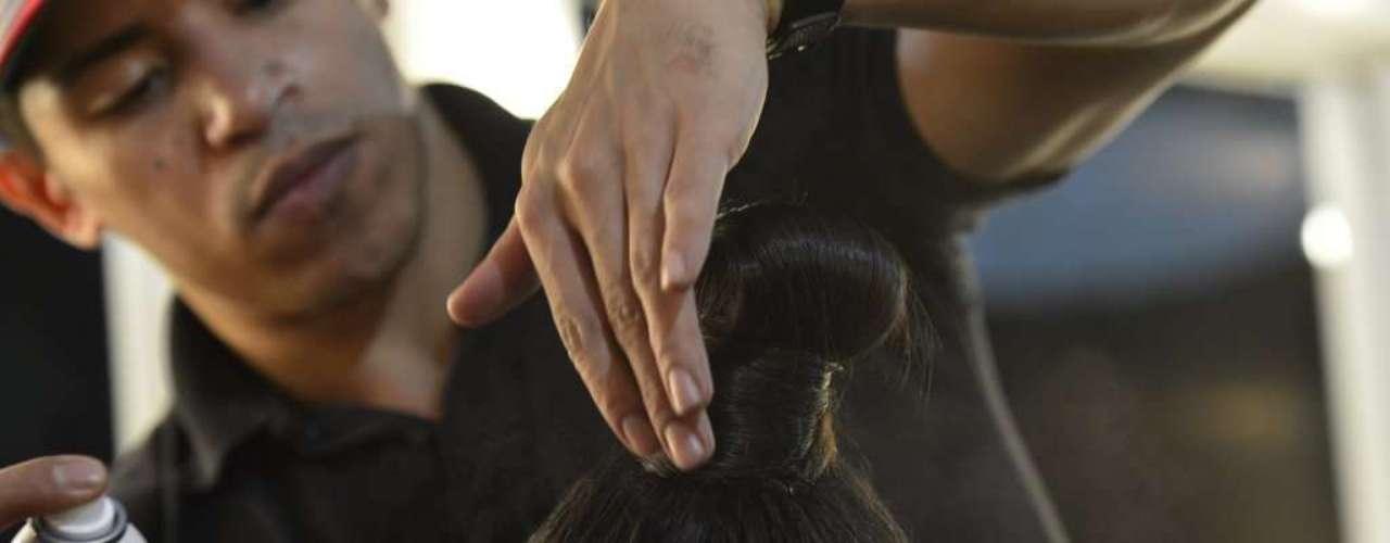 O penteado foi finalizado com spray fixador