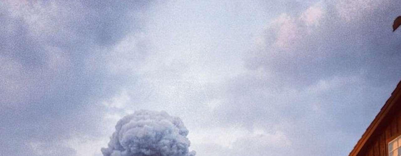 17 de abril - Imagem postada no Instagram mostra uma coluna de fumaça se erguendo de uma fábrica de fertilizantes na cidades de West, no Texas
