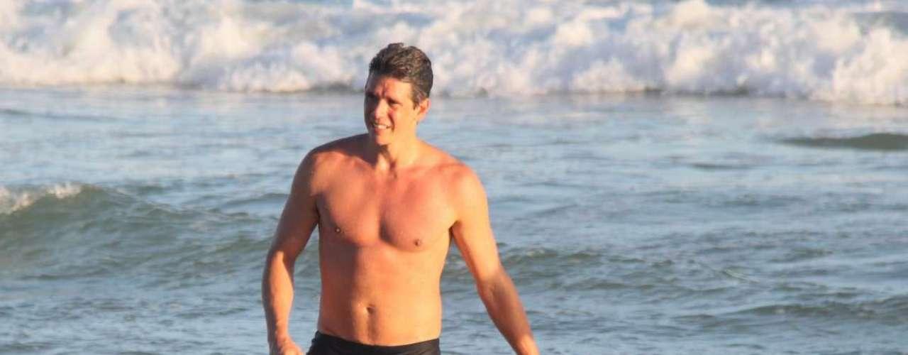 Abril 2013 -Márcio Garcia aproveitou para se refrescar no mar, na praia da Barra da Tijuca, no Rio de Janeiro